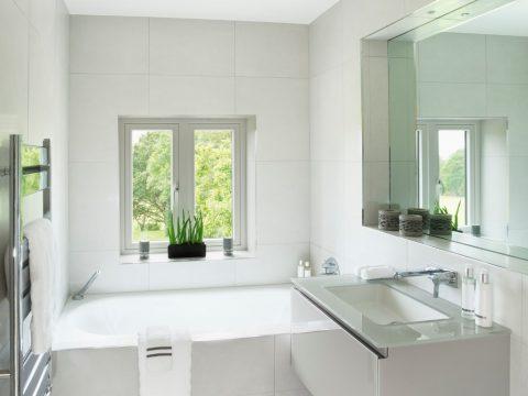 Badezimmer nach Renovierung der Fliesen