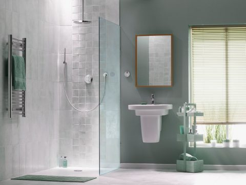 Badezimmer mit grauen Fliesen in schimmernder Optik