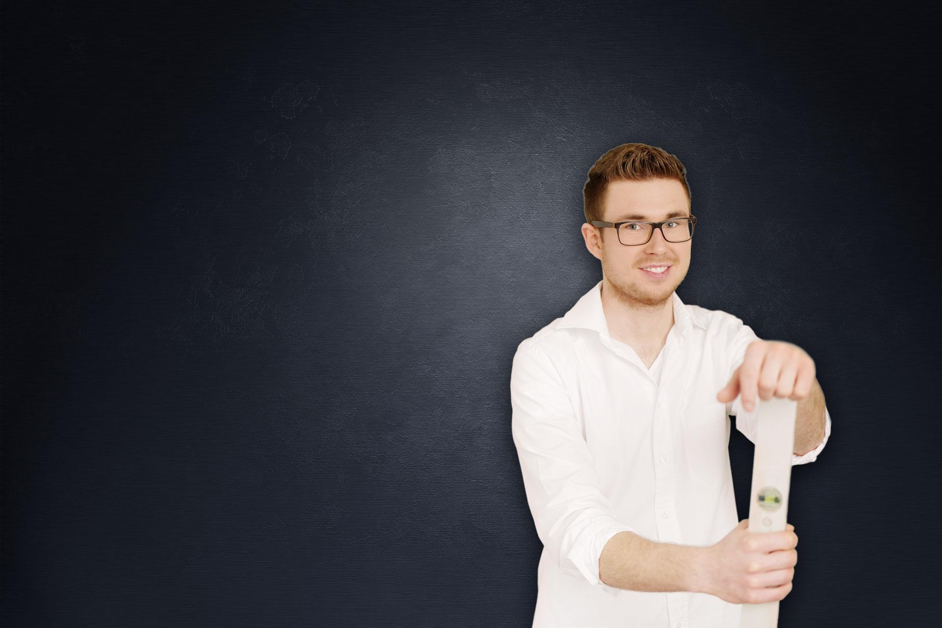 Fliesenleger Michael Neubauer mit Maßstock