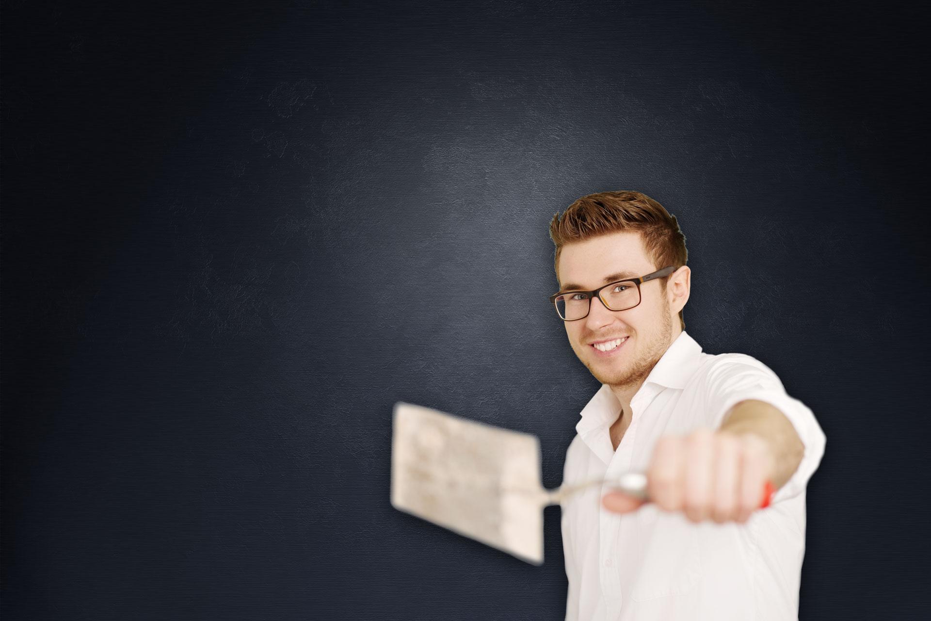 Fliesenleger Michael Neubauer mit Kelle