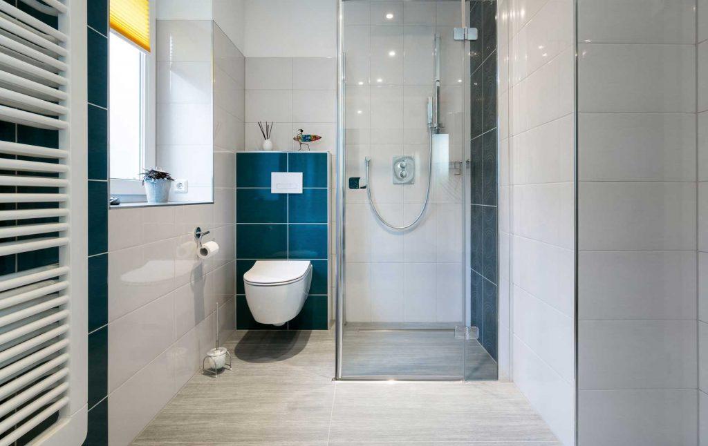 Badezimmer mit blau-weißen Fliesen