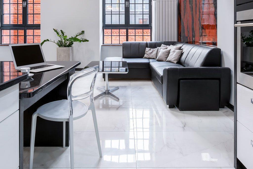 Büro mit Couch weiß gefliest